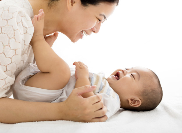 Bé đá chân nghĩa là bé đang vui, đang hài lòng hạnh phúc